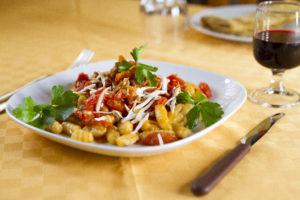 gnocchi con pomodorini, salsiccia e caprino